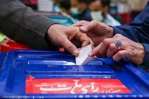 ادای احترام دیدنی ناظر صندوق رای به جانباز نابینا