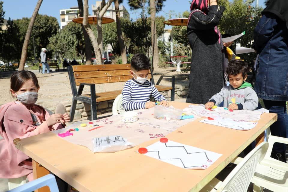 ترسیم نقاشی کودکانه روی زمین و تجلیل از کودکان برگزیده در منطقه۱۳