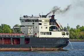خارجسازی کشتی به گِل نشستهای که در راه ایران با موفقیت انجام شد