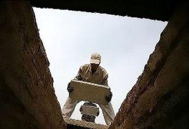 چنگ زدن زن مرده به دیوارههای قبر همه وحشت زده کرد!