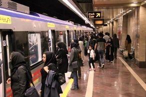 حضور پیرمردی با موهای آبی در مترو تهران + عکس
