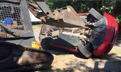 پدر عصبانی خودرو آئودی دخترش را با لودر له کرد+ عکس