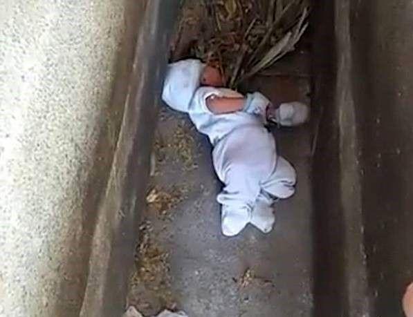 پیدا شدن نوزاد 2 ماهه بدبخت داخل قبر خالی+ عکس