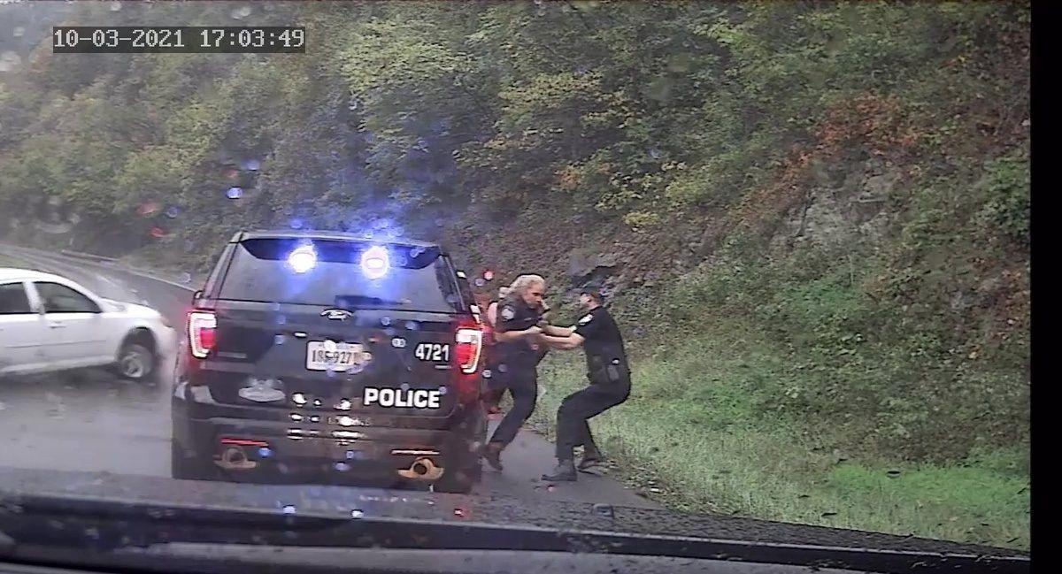 نجات پلیس از مرگ حتمی توسط همکارش!+ فیلم