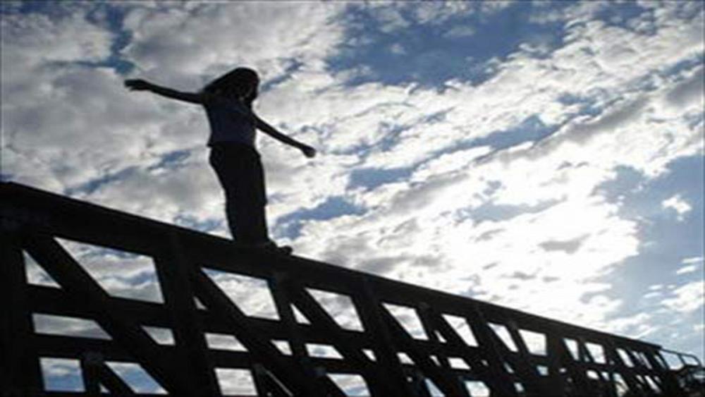 جلوگیری از خودکشی دختر جوان در اتوبان امام علی تهران+ فیلم